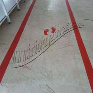 fosforlu yer boyası kırmızı ok ve adım işaretleri