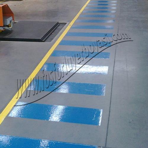 mavi renk yer çizgileri ile yaya kaldırımı yapılışı