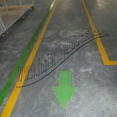 sarı renkte yer boyası çalışması ve yeşil çalışma alanı